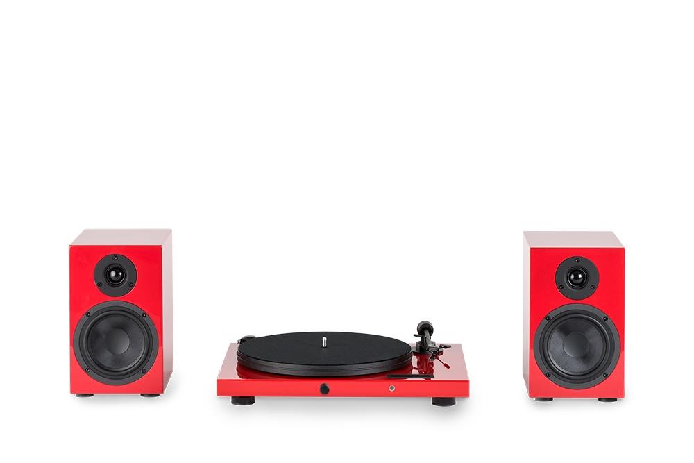 Juke Box E HiFi Set - Plattenspieler von Pro-Ject mit Display, Bluetooth, Line-In und Line-Out und passenden Lautsprechern in hochglanz-rot.